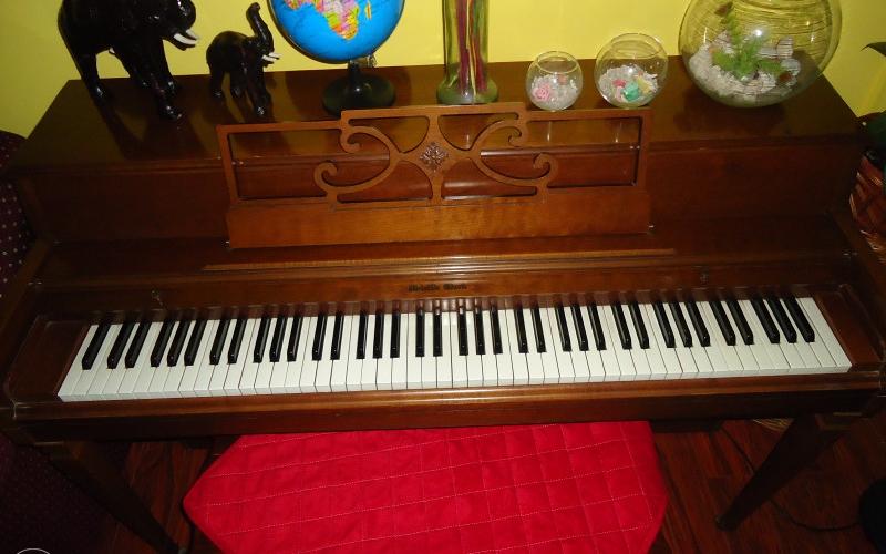Piano klavir marke Melville Clark