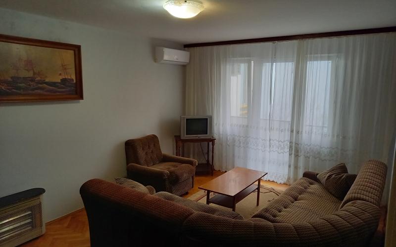 Izdajem namješten stan u STROGOM CENTRU GRADA, 60m2, 250KM