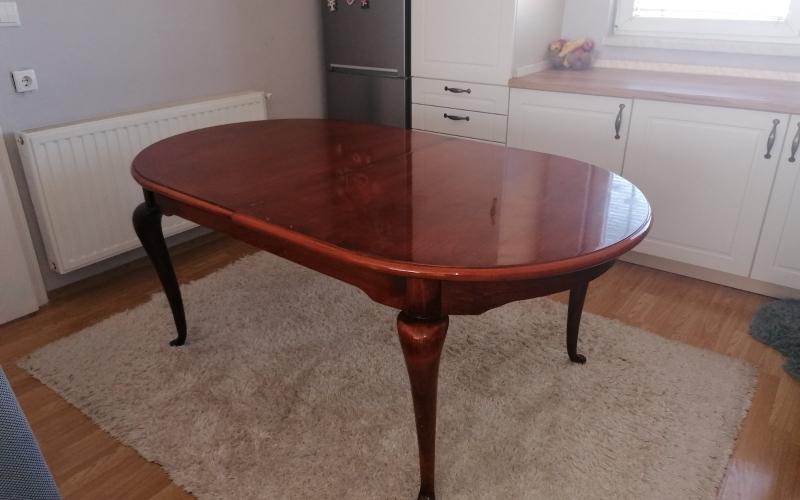 Na prodaju trpezarijski sto i 6 stolica