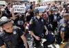 Zašto policajci u SAD kleče na jednom koljenu sa demonstrantima