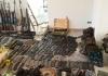 Kod N.M. u Janji pronađena veća količina vojnog oružja i opreme FOTO