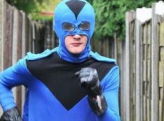 Mladi super-heroj danju radi kao baštovan a noću čuva grad