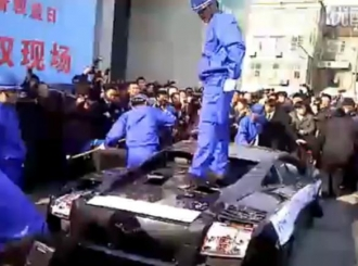 Lamborghini Gallardo uništen čekićima