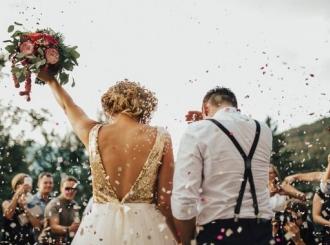 Pola vijeka ide na svadbe nepozvan