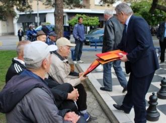Mićić penzionerima poklonio podmetače za sjedenje na klupama