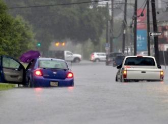 Nju Orleans paralisan, voda ulicama nosila automobile