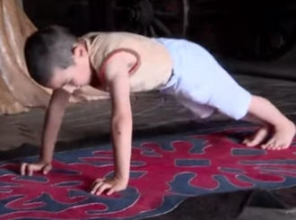 """VIDEO """"Čečenski Švarceneger"""" ima samo 6 godina i radi više od 4.000 sklekova"""