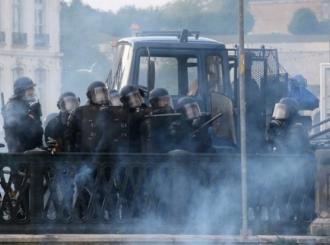 Francuska policija vodenim topovima i suzavcima rastjeruje demonstrante