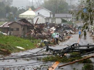 Tajfun odneo 18 života i ostavio Japance bez struje, ljudi beže na krovove kuća