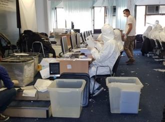 Brojači glasova u Prištini obučeni kao da se bore protiv zaraze