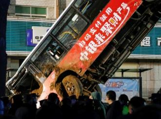 Ogromna rupa progutala autobus i pješake, šest osoba poginulo