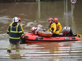 Oluja divlja u Britaniji: Voda ušla u domove, vjetar ih ruši
