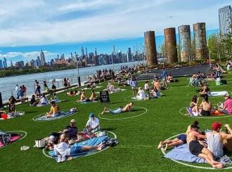 Krugovi u parku u Bruklinu – kako Njujorčani poštuju distancu