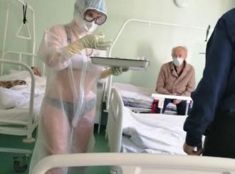Postupak protiv medicinske sestre zbog bikinija ispod providnog zaštitnog odela