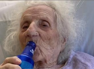 Baka u 103. godini pobijedila koronu i proslavila uz pivo u bolnici