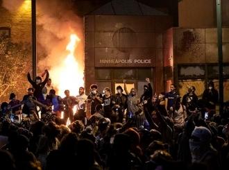 Haos u SAD: Proglašeno vanredno stanje, nemiri se šire, zapaljena policijska stanica u Minepolisu