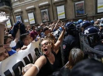 """Nenajavljen protest u Rimu, intervenisala policija: """"Virus je prevara, gladni smo"""""""
