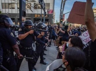 Novo ubistvo zapalilo SAD: Policajac sasuo pet metaka u nenaoružanog latino mladića