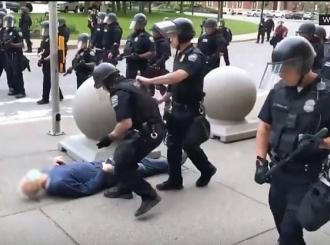 Policajci gurnuli muškarca, svi pripadnici jedinice dali otkaz