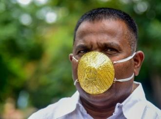 Zlatna maska vredna 4.000 dolara na licu Indijca