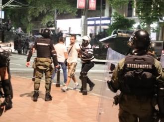 Posle dva sata zasipanja kamenicama Žandarmerija rasterala demonstrante, hapšenja po centru grada