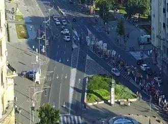 Počelo novo okupljanje: Pred Skupštinu Srbije pristižu demonstranti sa ikonama