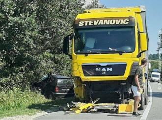 Poginuo vozač mercedesa u udesu kod Bijeljine