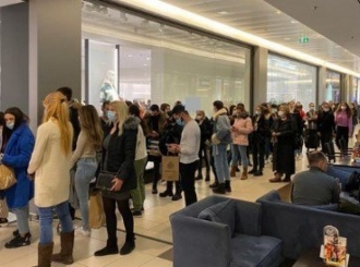 Beograd: Ni užasne brojke zaraženih i mrtvih ne mogu protiv crnog petka - redovi ispred butika nepregledni