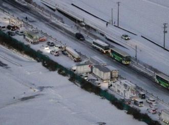 LANČANI SUDAR 130 AUTOMOBILA: Snežna oluja zahvatila autoput u Japanu