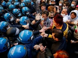 Protesti u Rimu ispred parlamenta, povrijeđen policajac