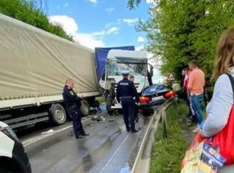Na putu Tuzla-Bijeljina: Jedna osoba povrijeđena u sudaru dva kamiona i automobila