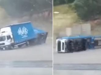 Nevrijeme u dijelovima BiH: Vjetar rušio krovove, lomio drveće i prevrnuo kamion