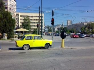 U BiH nekažnjivo parkiranje na zelenim površinama, trotoarima...