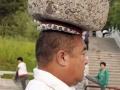 Četiri godine na glavi nosi kamen od 40 kilograma da bi smršao