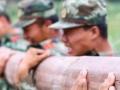 Trening kineske policije: Rade trbušnjake držeći balvane teške 200 kilograma