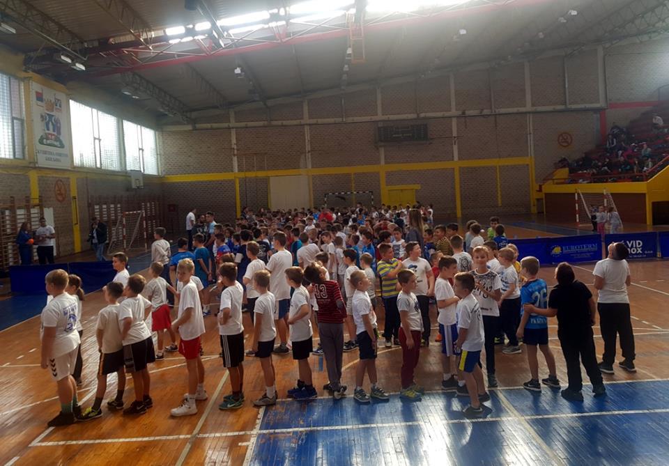 FOTO 250 dječaka iz osnovnih škola igralo mini rukomet