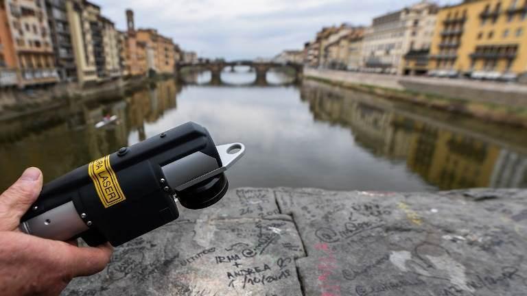 """""""Anđeli lepote"""" laserom brišu grafite u Firenci"""