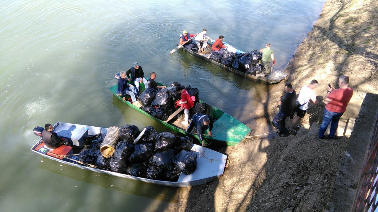 FOTO Sa obale Save izvezen kamion smeća