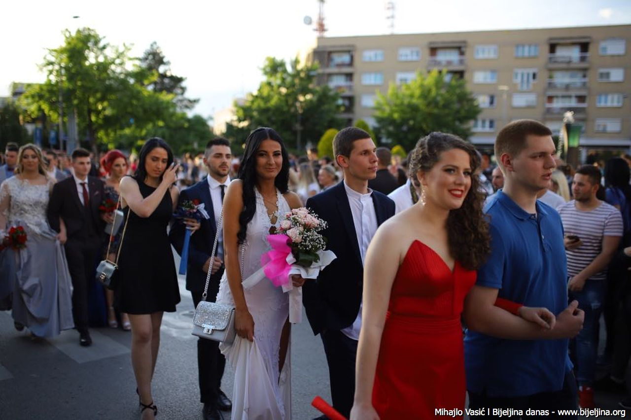 FOTO Kraj đačkog doba: Poljoprivredna i medicinska škola proslavlja maturu