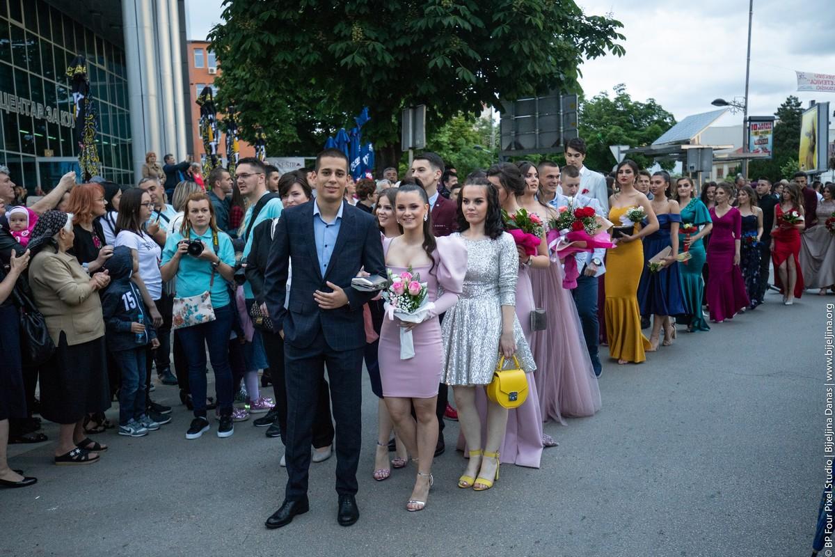 FOTO Maturanti Ekonomske i Muzičke škole u svečanom defileu
