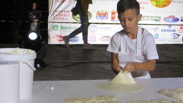 Desetogodišnjak za sat napravio 16 tepsija pite