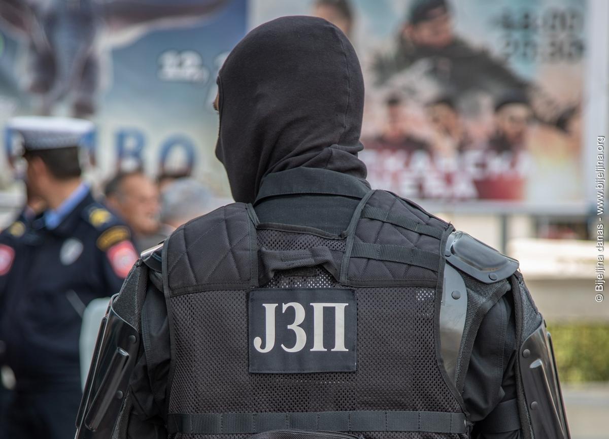 """""""Merhaba, bomba u svečanom salonu Grand Despotović. Alahu egber"""""""