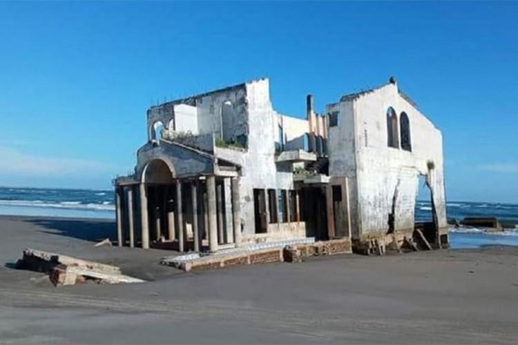 Misteriozna napuštena vila nasukala se na plažu