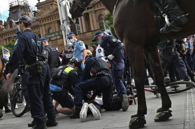 Više hiljada ljudi izašlo na ulice; građani protestuju; reagovala policija