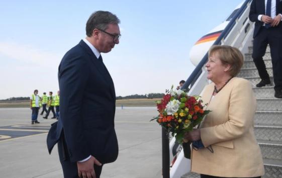 Šta je Merkelova svojim sakoom poručila Srbiji?
