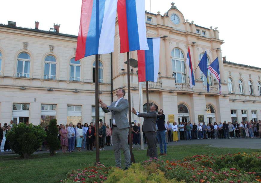 Đurđević i Arsenović podigli zastave Srpske ispred Gradske uprave