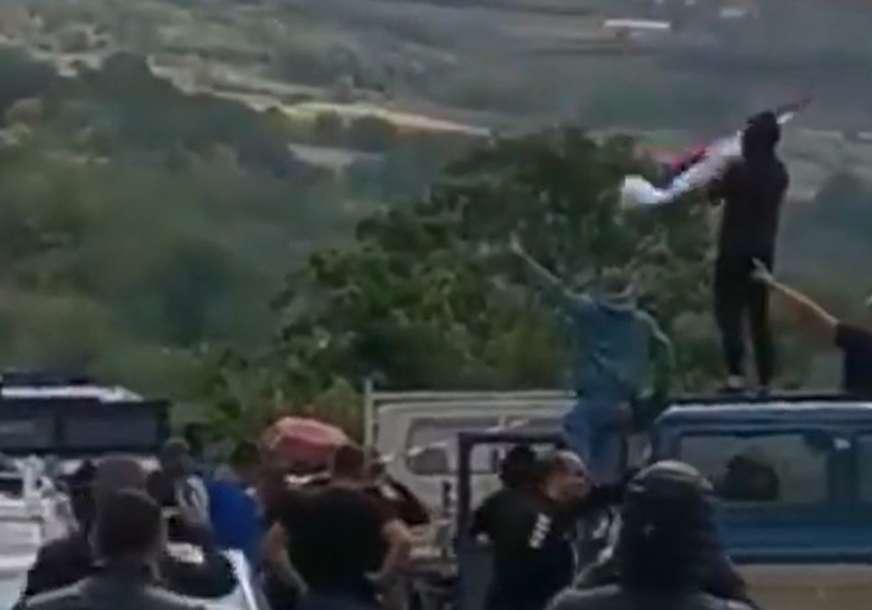 Situacija nepromijenjena: Srbi i dalje na prelazima Jarinje i Brnjak koje drže u blokadi
